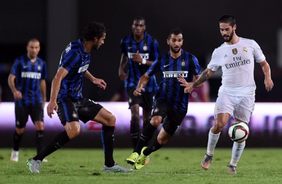 Isco trata de cubrir un balón ante el marcaje de varios rivales del Inter de Milán
