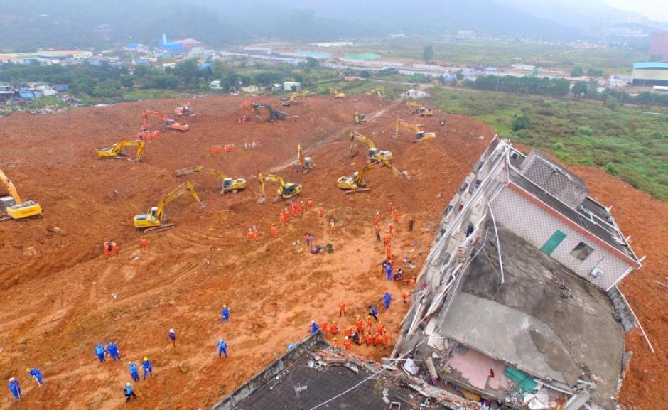 Los equipos de rescate chinos trabajan en el lugar de un deslizamiento de tierra que afectó a un parque industrial en Shenzhen, en la provincia de Guangdong , sur de China. (Foto: AFP)
