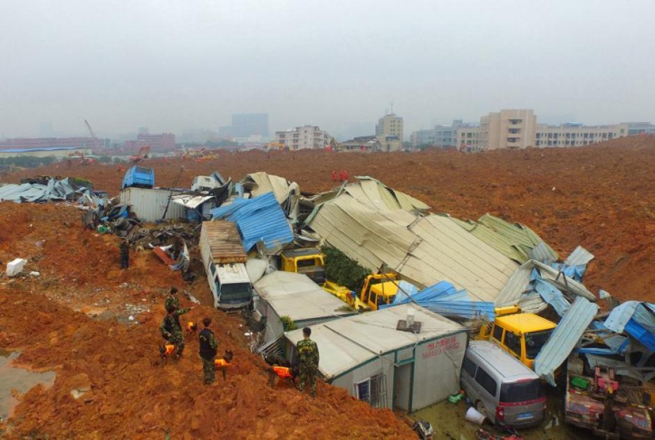 En esta fotografía aérea, los equipos de rescate chinos trabajan en el lugar de un deslizamiento de tierra que afectó a un parque industrial en Shenzhen, en la provincia de Guangdong , sur de China. (Foto: AFP)