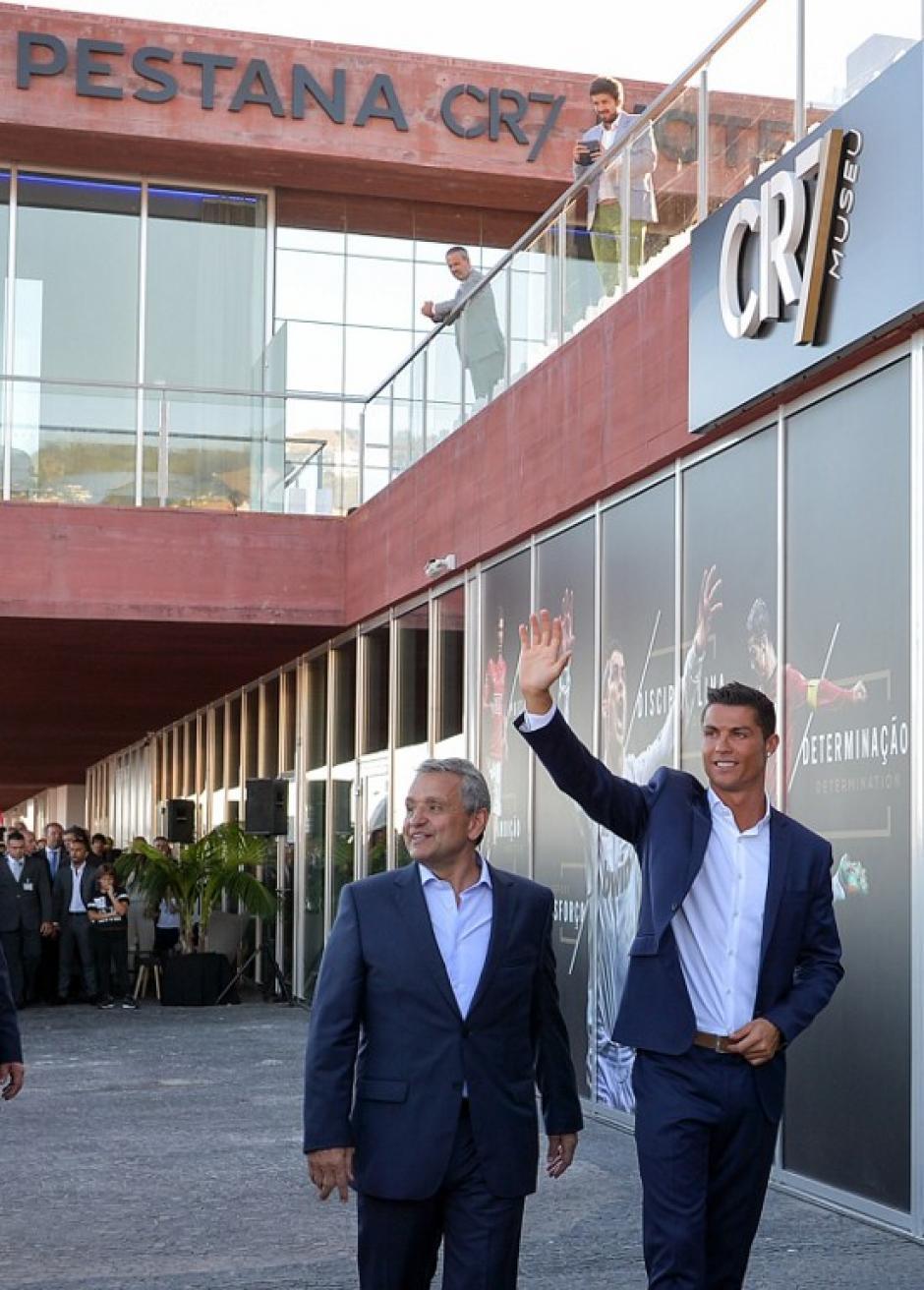 El jugador saluda a sus admiradores que observaban en los alrededores su recorrido por el hotel. (Foto: AFP)