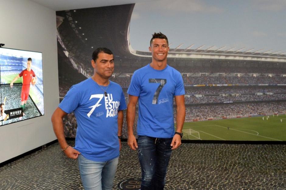 CR7 y su hermano Hugo Aveiro hacen un recorrido por el museo dedicado al deportista que se traslado a su hotel. (Foto: AFP)