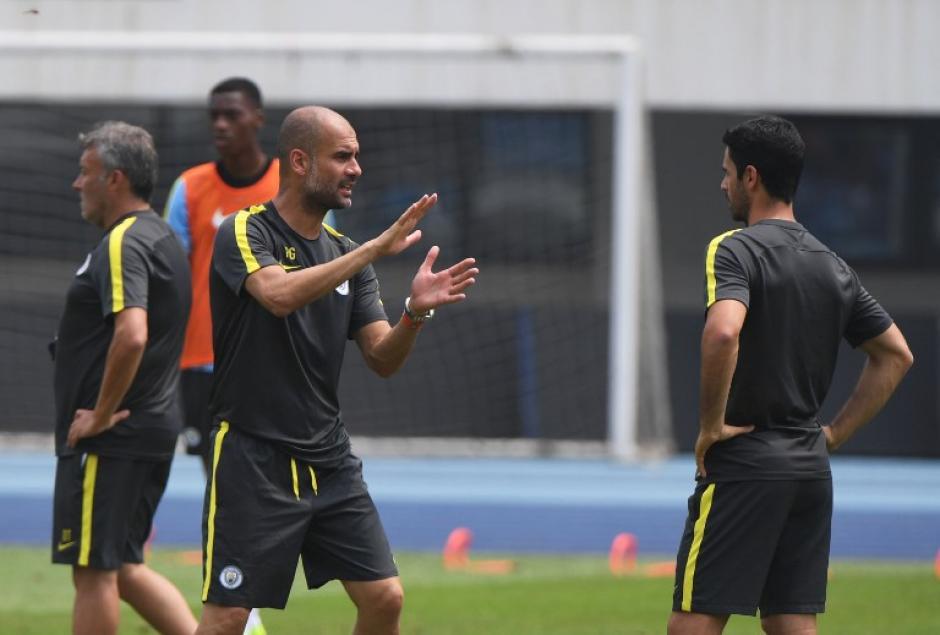 Pep Guardiola ya implementa sus estrictas reglas en el City. (AFP)