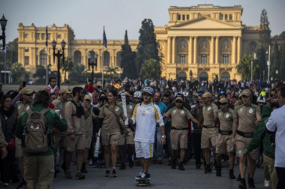 La Antorcha Olímpica es escoltada por un fuerte dispositivo de seguridad en Brasil. (Foto: AFP)
