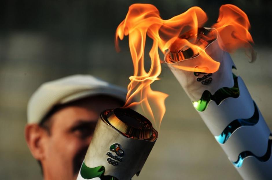 El fuego se sigue traspasando entre las principales personalidades brasileñas que participan del recorrido. (Foto: AFP)