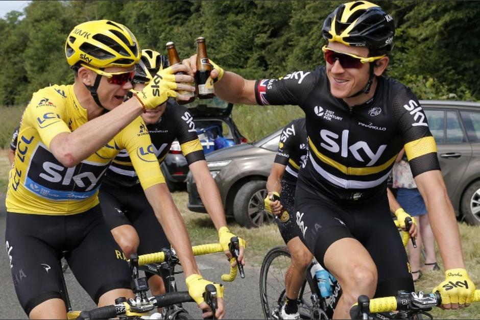 Chris Froome brinda con sus compañeros de equipo. (AFP)