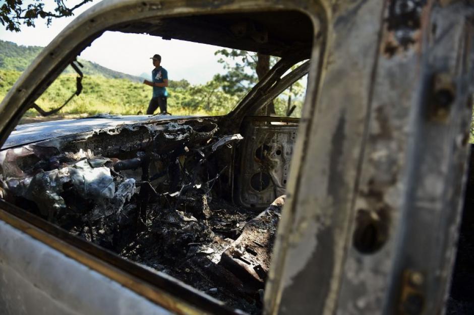 """Otra vista del picop quemado en el Rancho Comedero Colorado, en Tamazula, Durango, tras el enfrentamiento con """"El Chapo"""" Guzmán. (Foto: Ronaldo Schemidt/AFP)"""