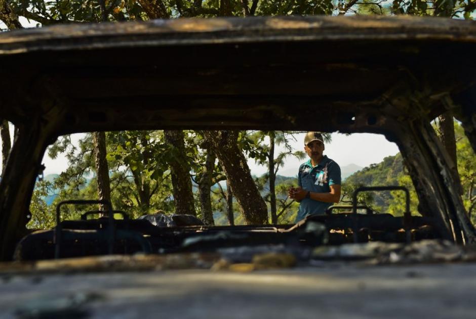 """Un hombre se mira entre el picop quemado en el Rancho Comedero Colorado, en Tamazula, Durango, tras el enfrentamiento con """"El Chapo"""" Guzmán. (Foto: Ronaldo Schemidt/AFP)"""