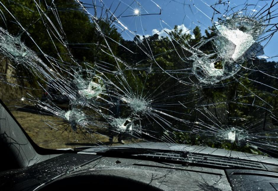 """El vidrio destrozado de un vehículo en el Rancho El Águila, en Tamazula, Durango, tras el enfrentamiento con """"El Chapo"""" Guzmán. (Foto: Ronaldo Schemidt/AFP)"""