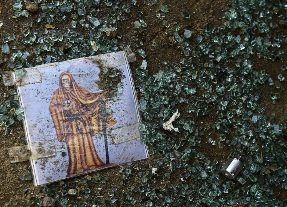 """Una imagen de la Santa Muerte está tirada en el Rancho El Águila, en Tamazula, Durango, tras el enfrentamiento con """"El Chapo"""" Guzmán. (Foto: Ronaldo Schemidt/AFP)"""