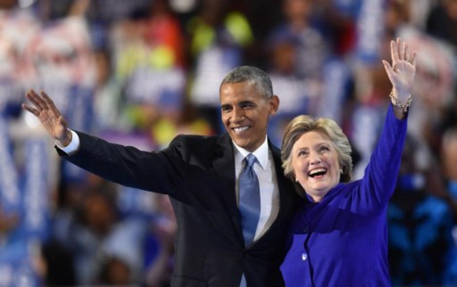 Hillary Clinton y Obama se saludaron al final del discurso. (Foto: AFP)