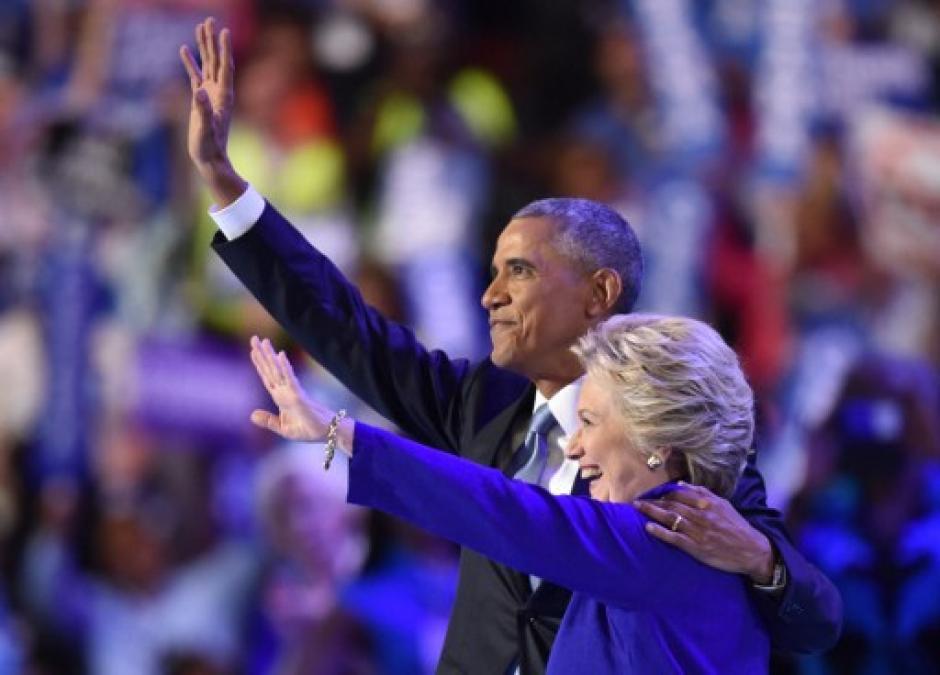 Ambos salieron del recinto saludando de esta manera. (Foto: AFP)
