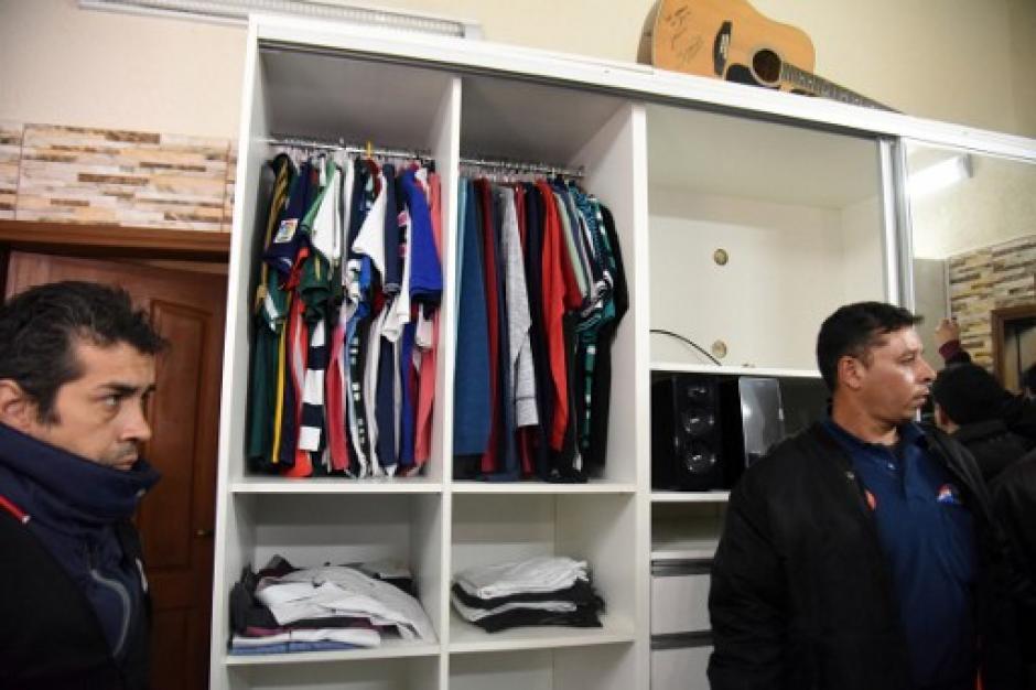 Vista del guardarropa del narcotraficante que purga una condena por lavado de dinero. (Foto: Norberto Duarte/AFP)