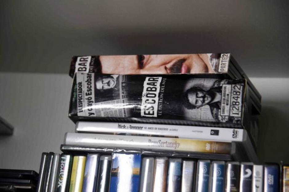 La serie en DVD sobre la vida de Pablo Escobar forma parte de las pertenencias del narcotraficante que cumple una condena en Paraguay. (Foto: Noberto Duarte/AFP)
