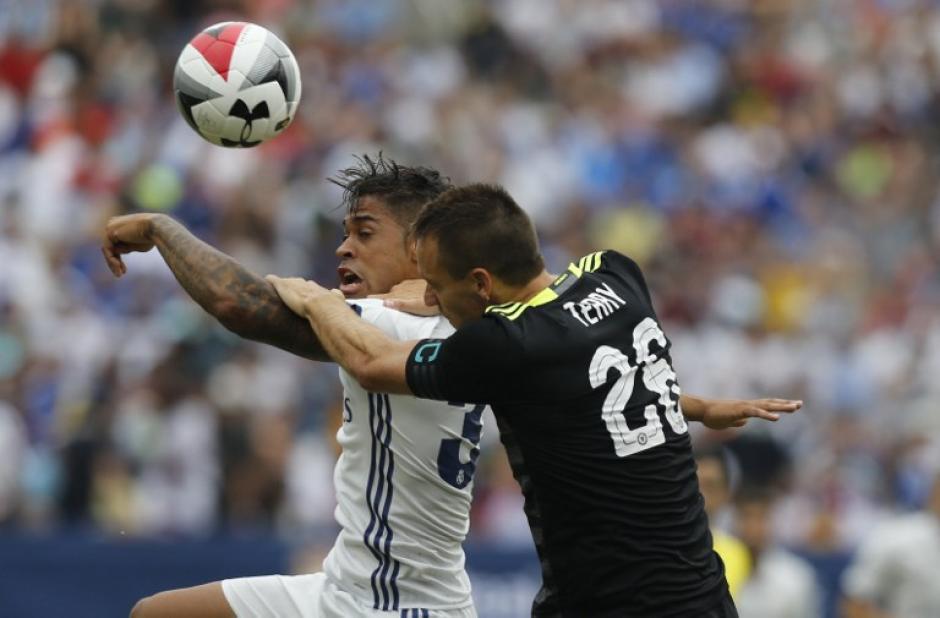 Marcelo Díaz disputa el balón con John Terry del Chelsea en un partido que fue dominado en el segundo tiempo por el equipo merengue. (Foto: AFP)