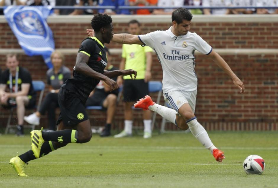 El recien incorporado al equipo del Real Madrid Alvaro Morata participa en una jugada del partido en el que su equipo ganó con facilidad. (Foto: AFP)