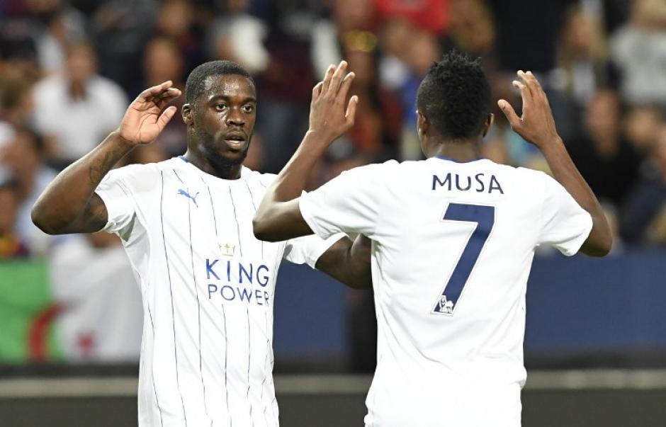 El nigeriano Musa marcó los dos del Leicester City. (AFP)