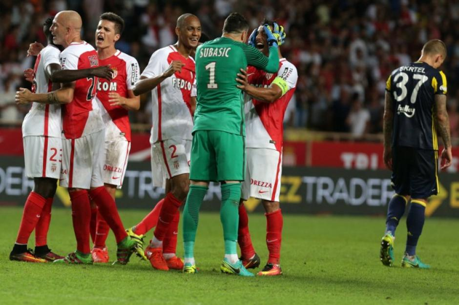 Daniel Subasic celebra con Falcao al final (AFP)