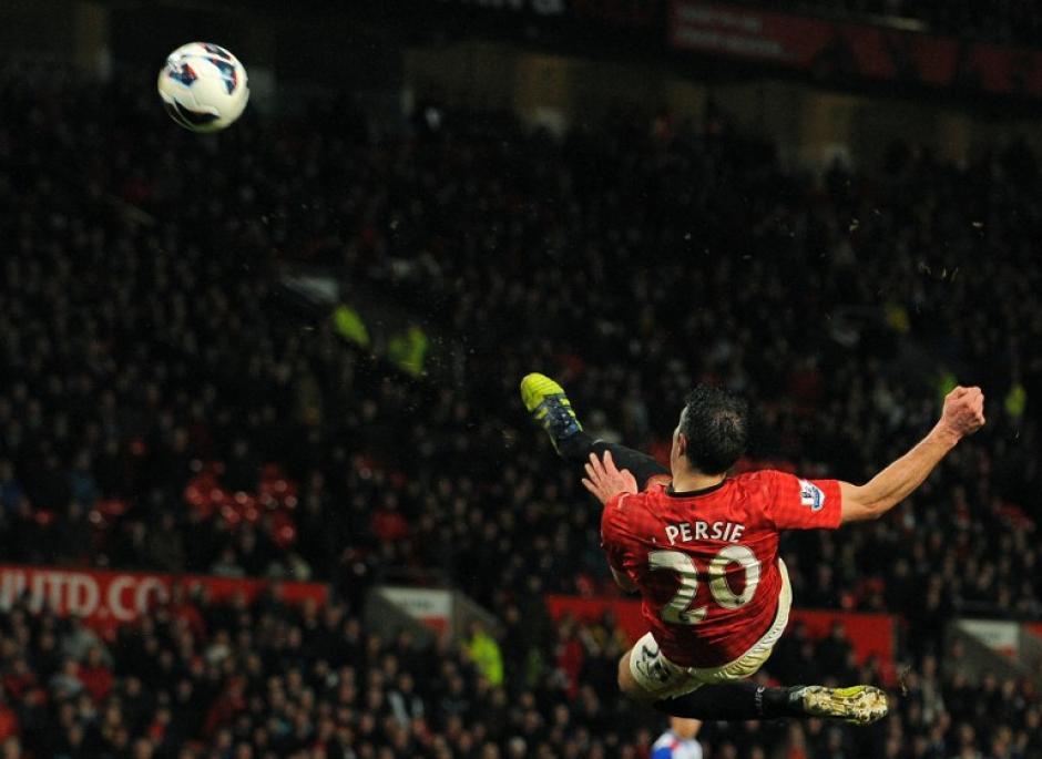 El delantero holandés del Manchester United, Robin van Persie dispara un balonazo durante el partido de la Premier League entre el Manchester United y Reading en el estadio Old Trafford en Manchester, el 16 de marzo de 2013. Manchester United ganó 1-0.(Foto:AFP/ANDREW YATES)
