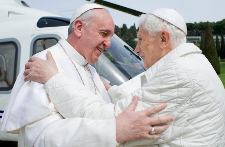 """Esta foto fue publicada por la oficina de prensa del Vaticano el 23 de marzo 2013 y refleja al """"Emérito Papa"""" Benedicto XVI (R) saludando al Papa Francisco a su llegada al helipuerto de Castelgandolfo. (Foto: (AFP/ Osservatore Romano)"""