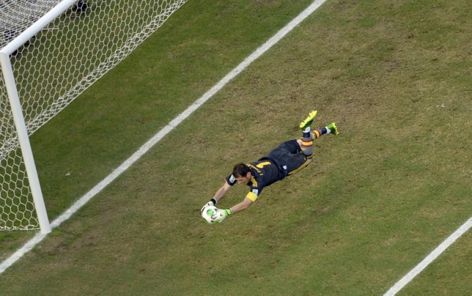 Portero de España Iker Casillas atrapa el balón al defensa italiano Christian Maggio (fuera de cuadro) trató de anotar durante su Copa FIFA Confederaciones Brasil 2013 partido de fútbol de semifinales, en el estadio Castelao en Fortaleza, el 27 de junio de 2013. AFP PHOTO / JUAN BARRETO / POOL