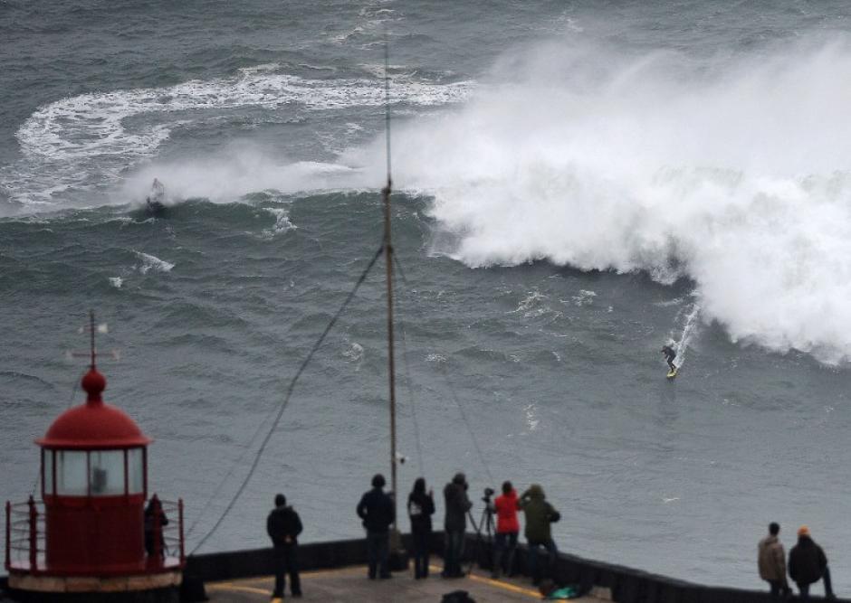 El surfista brasileño Carlos Burle cabalga una ola gigante en Nazare, en el centro de Portugal.