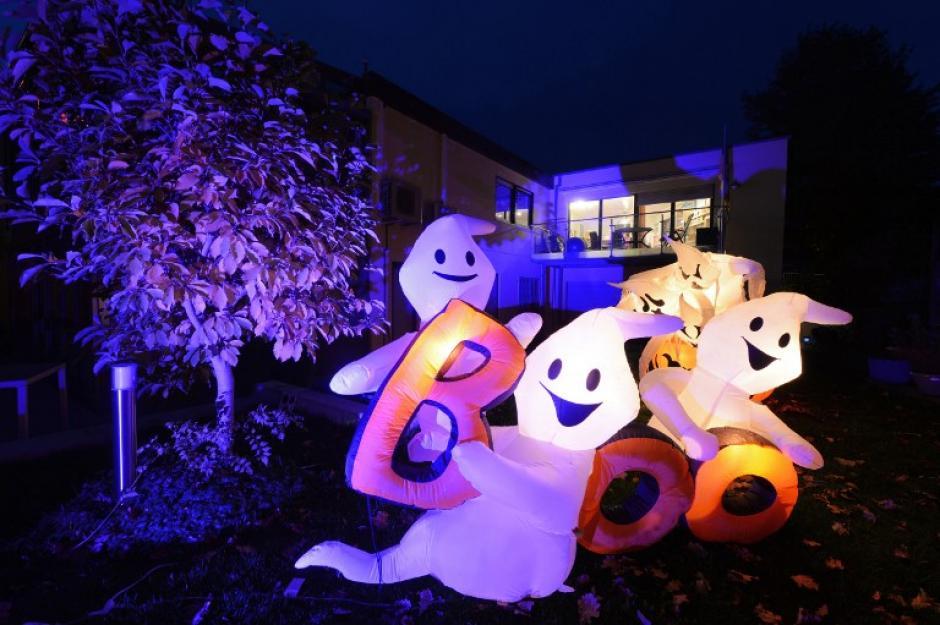Figuras de fantasmas inflables iluminados en un jardín en Ailingen, Alemania. El propietario Thomas Bittelmeyer ha decorado su propiedad con más de 8.000 lámparas en docenas de figuras y diseños de Halloween.