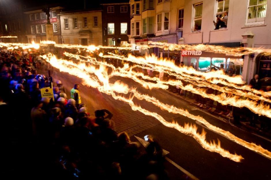 Multitudes se reúnen para ver la Bonfire Night (Noche de Fuego), donde procesiones de fuego desfilan por las calles en Lewes, Inglaterra. La noche Bonfire se relaciona con el antiguo festival de Samhain, en el año nuevo celta donde conmemoran a los diecisiete mártires protestantes en 1605 después de un fallido intento de volar la Casa del Parlamento. (Foto: LEON NEAL/AFP)