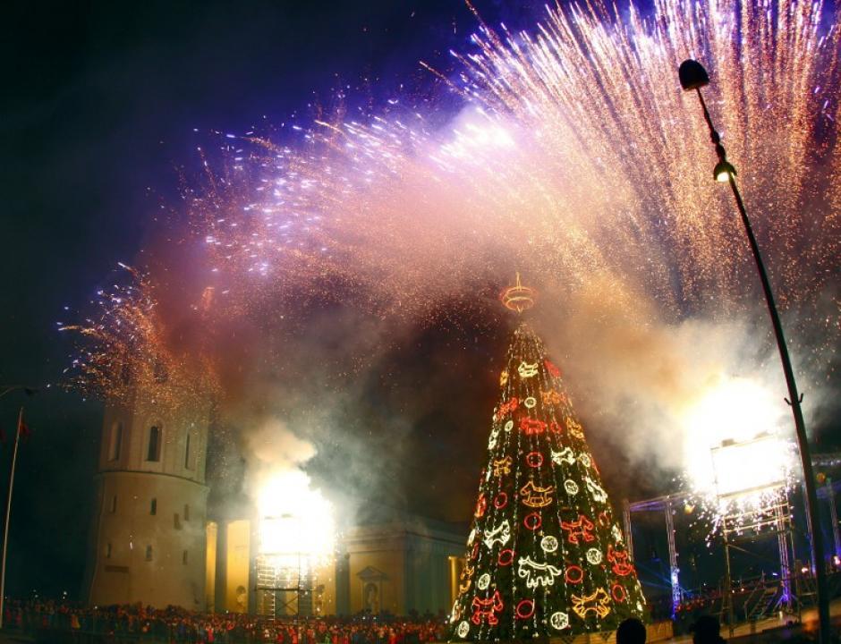 Como es tradicional, en Lituania el árbol navideño es iluminado con miles de luces en el salón de la Catedral, en el centro de Vilnius. (Foto: AFP)