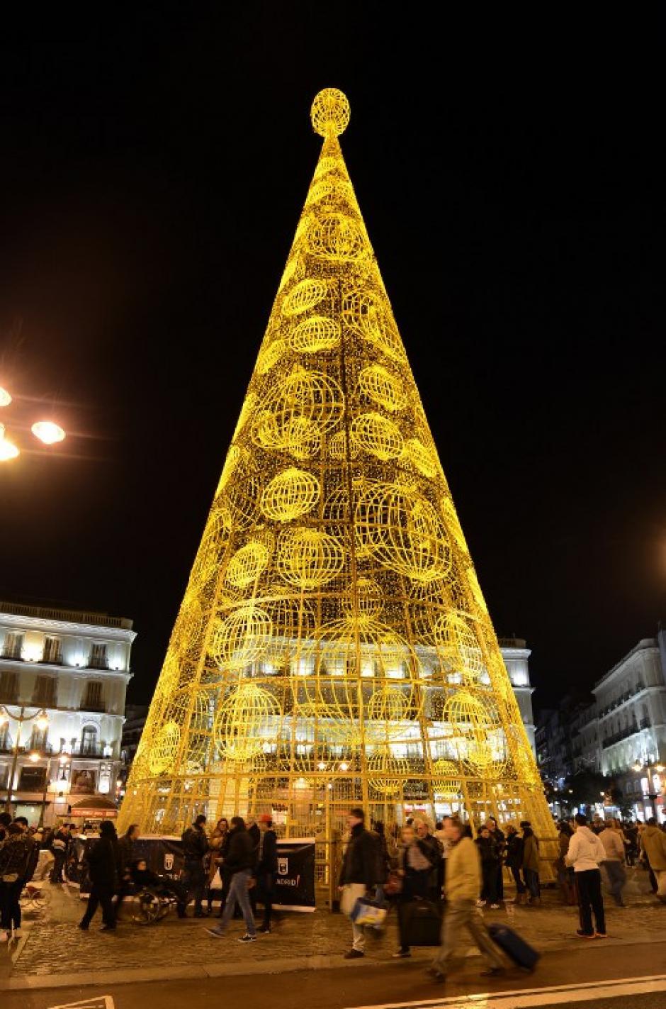 Un árbol gigante ilumina la Puerta del Sol, en el centro de Madrid, España. (Foto: AFP)