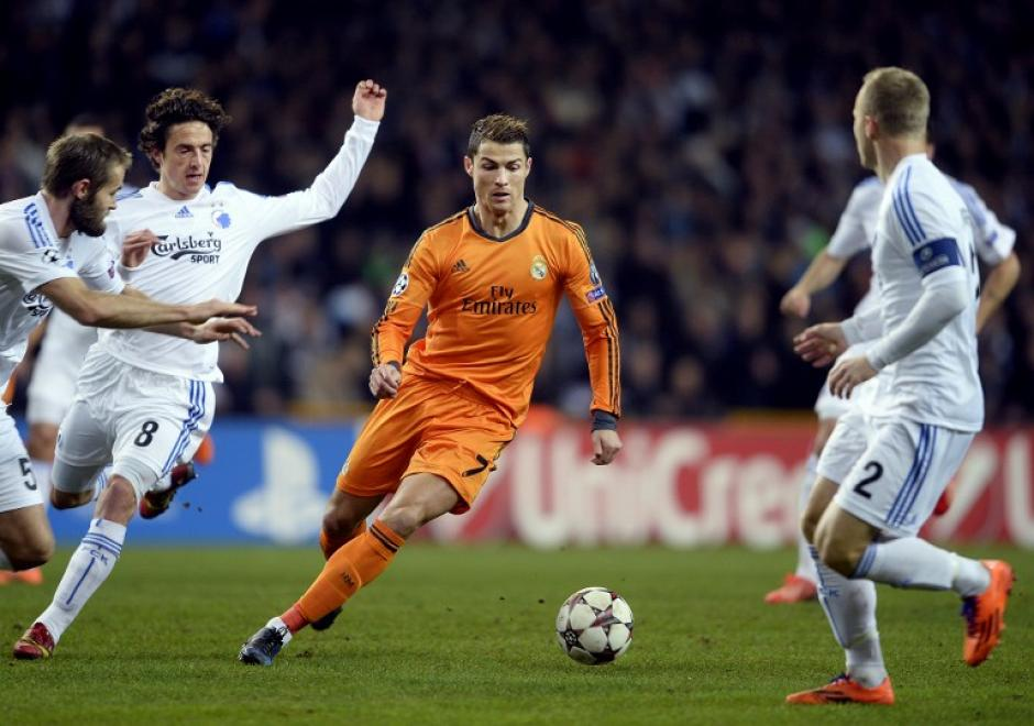 Ronaldo, quien sumó 9 goles en 5 partidos de Champions y rompió un nuevo récord, en una jugada ante tres jugadores del Copenhague. (Foto: Scanpix Denmark/AFP)