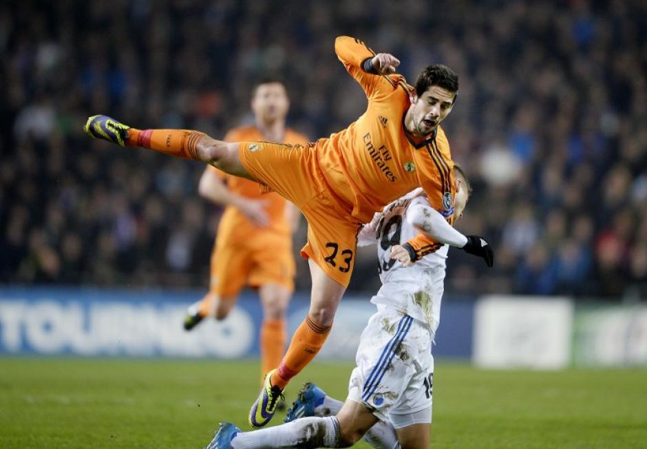 Rurik Gislason e Isco pelean un balón durante el juego entre el Copenhague y el Real Madrid. (Foto: Scanpix Denmark/AFP)