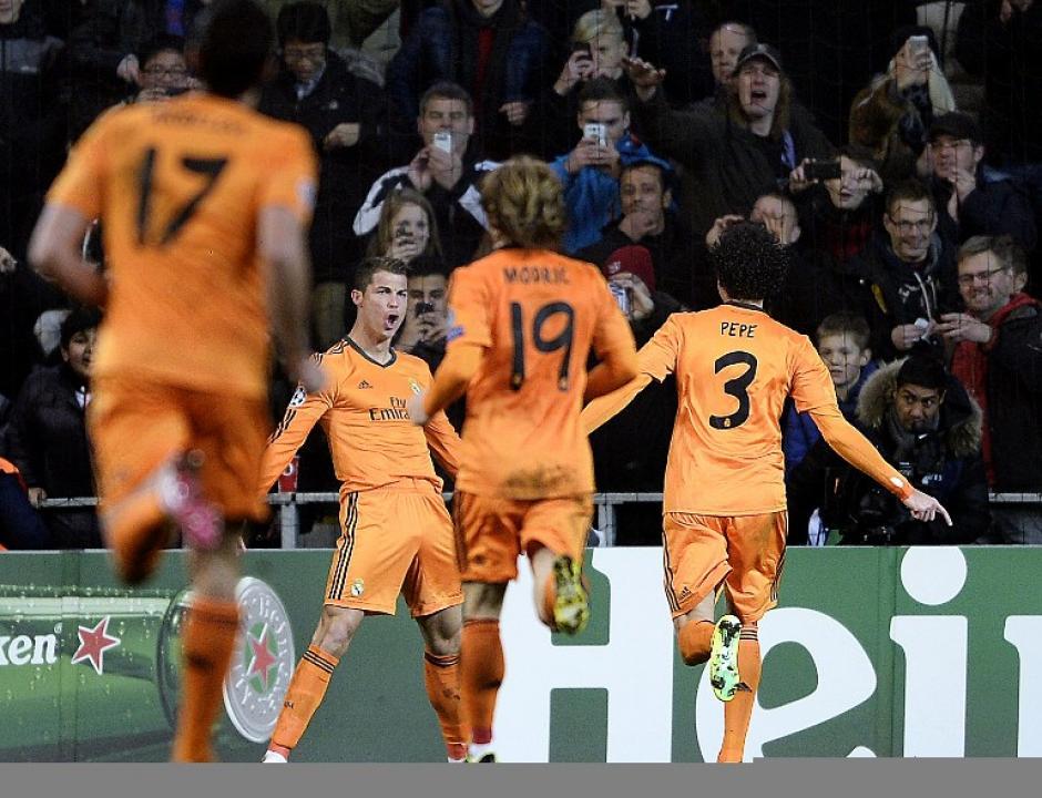 Los jugadores del Real Madrid felicitan a Cristiano Ronaldo tras anotar el 2-0 ante el Copenhague