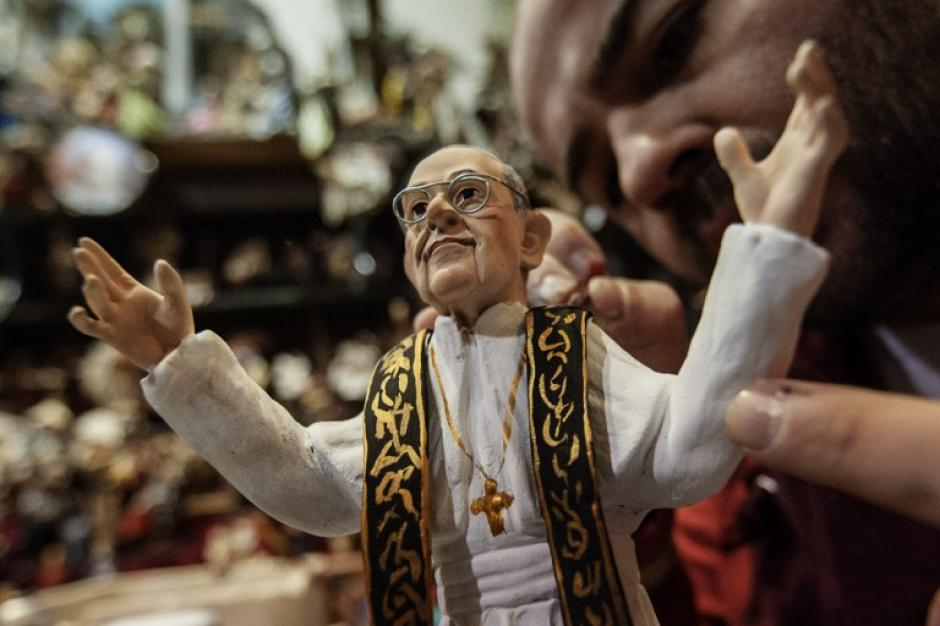 El Papa Francisco también tiene su propia figura. Artesanos italianos no demoraron en elaborar las figuritas del Santo Padre para alegría de sus seguidores. Foto AFP