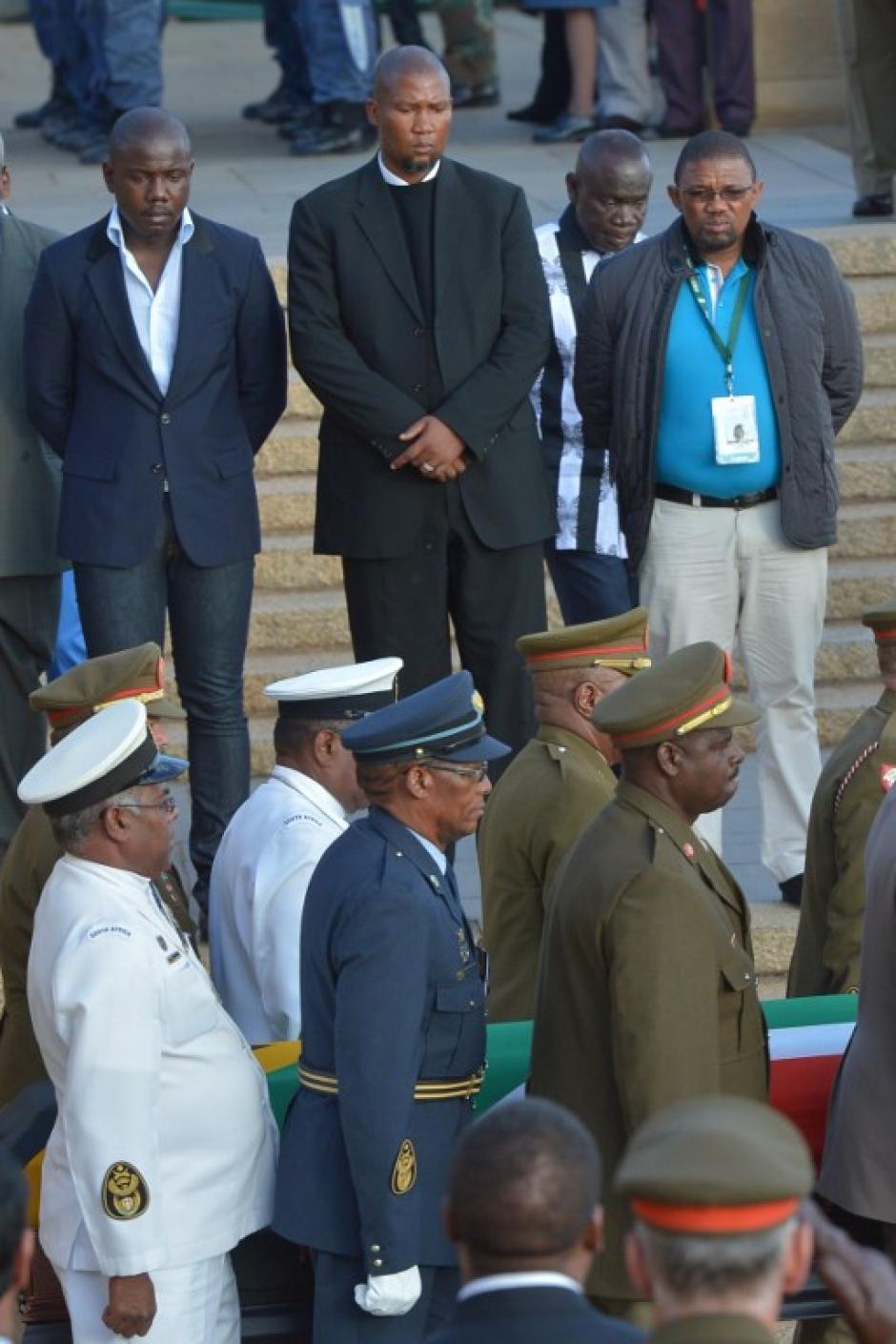 Al centro todo vestido de negro Mandla Mandela nieto del ícono sudafricano. Foto AFP