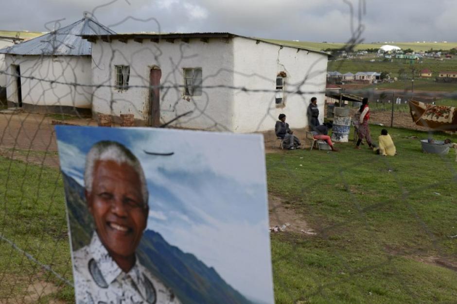 Pobladores de Qunu con la fotografía de Mandela rindiéndole homenaje al líder. Foto AFP
