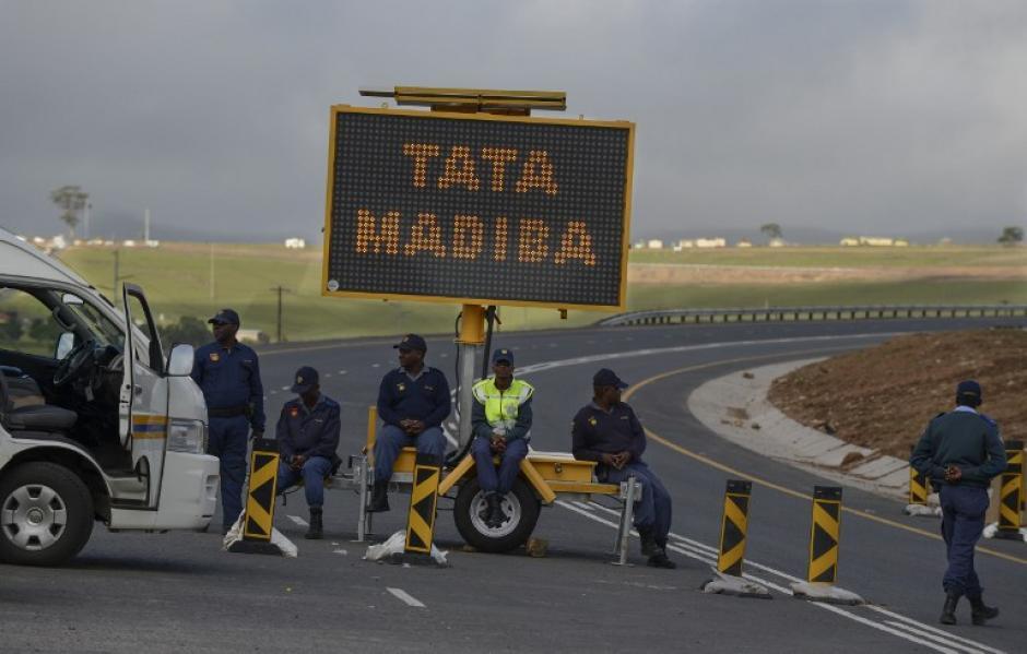 La policía sudafrican bloquea una de las vías por donde circularía la comitiva de acompañamiento del funeral de Nelson Mandela. Foto AFP