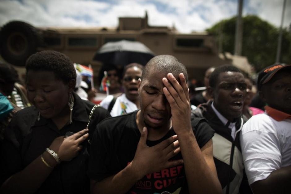 Miles lloran a Nelson Mandela, en su despedida. (Foto:AFP)