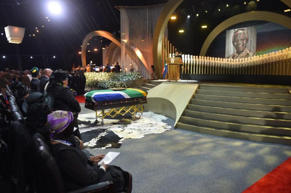El féretro del ex presidente sudafricano Nelson Mandela durante la ceremonia de su funeral en Qunu. (Foto: AFP)