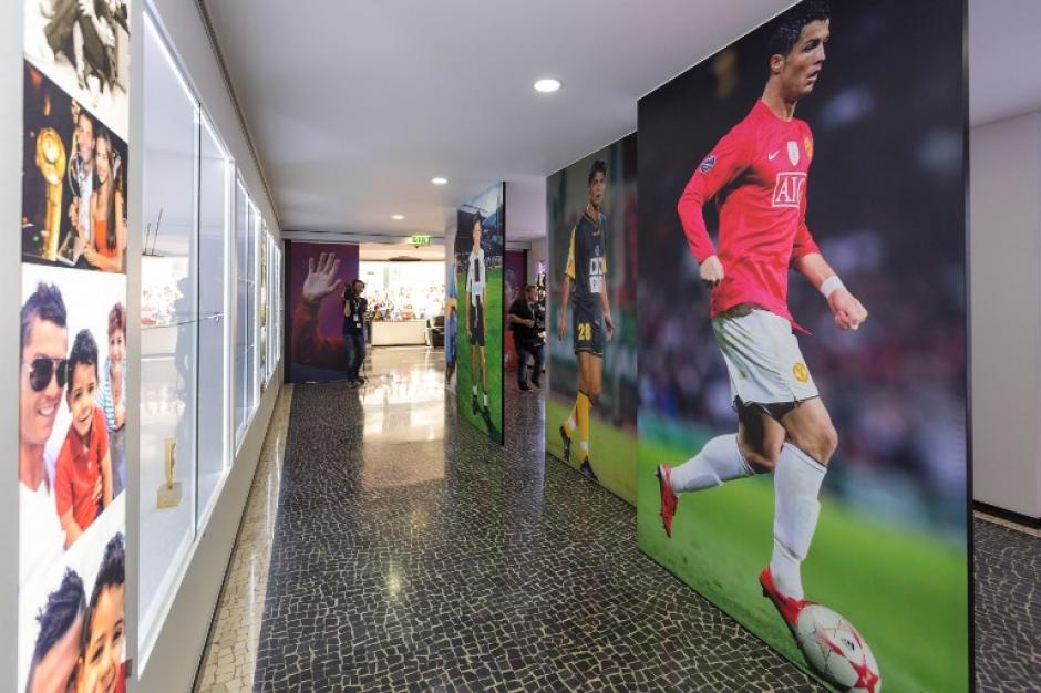 """Vista general del museo CR7 dedicada a la carrera profesional del futbolista portugués Cristiano Ronaldo. """"Yo quería hacer un museo para mis fans, un lugar donde pueden admirar los trofeos que conseguí durante once años de carrera profesional"""", dijo el jugador en la inauguración de este espacio. (Foto: AFP)"""
