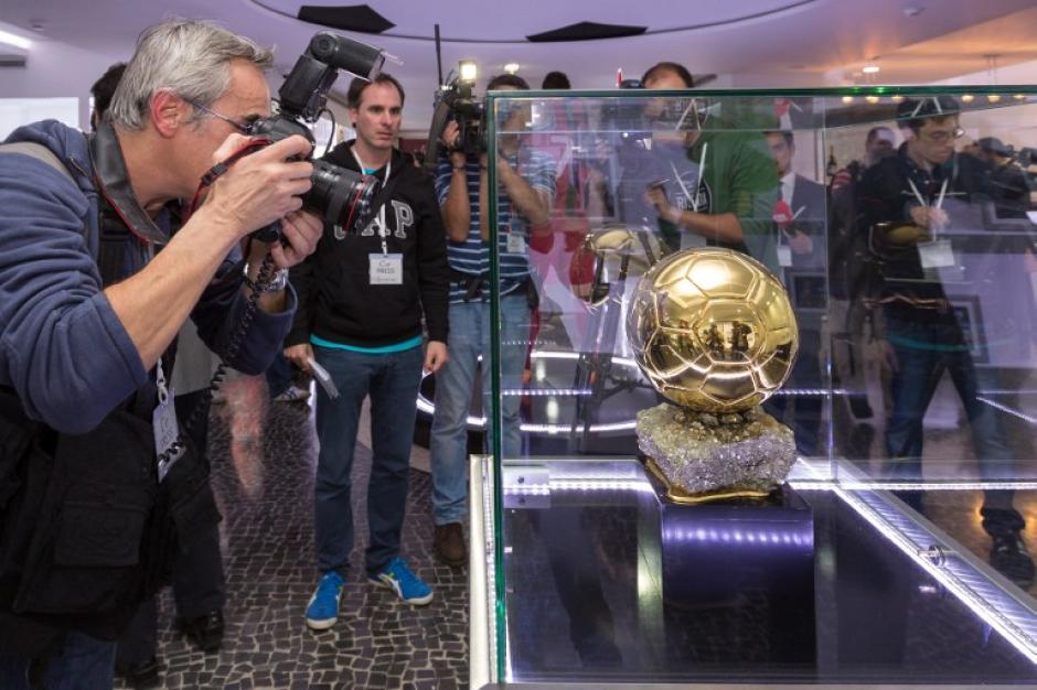 Los fotógrafos toman una imagen de uno de los trofeos, durante una la inauguración del Museo CR7, dedicado a la carrera profesional del futbolista portugués y actual capitán de la Selección de Portugal. (Foto: AFP)