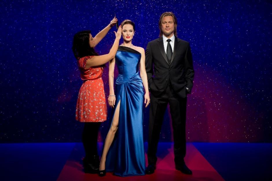 La estilista Bloom posa para los fotógrafos junto a las estatuas de cera de Brad Pitt y Angelina Jolie antes de ser colocadas en el Museo Madam Tussauds en Londres. Foto AFP