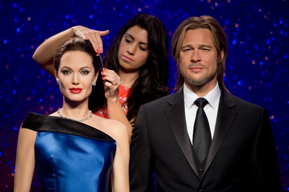 La estilista Caryn Bloom da los últimos toques a las estatuas de cera de Brad Pitt y Angelina Jolie. Foto AFP