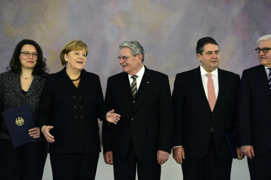"""Esta será por tanto la segunda vez que Merkel dirija una """"gran coalición"""", tras la primera experiencia entre 2005 y 2009. Aquí durante la ceremonia con algunos de los miembros de su gabinete. Foto AFP"""