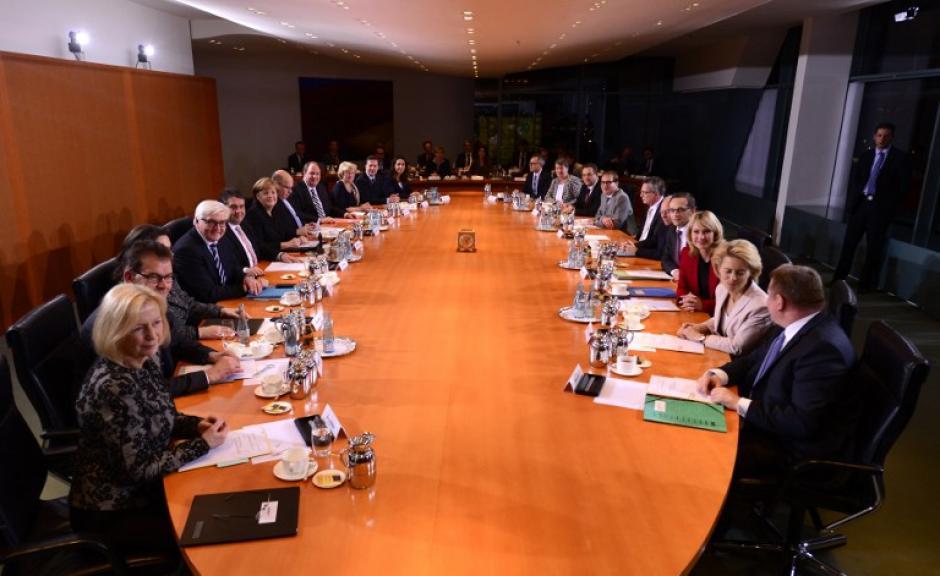 En la primera reunión con su gabinete de gobierno. Foto AFP
