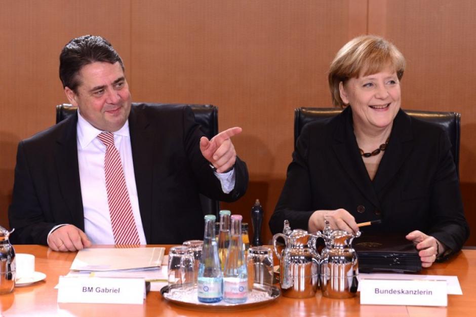 La canciller Merkel en la reunión de gabinete junto al vicecanciller, ministro de Economía y Energía Sigmar Gabriel. Foto AFP