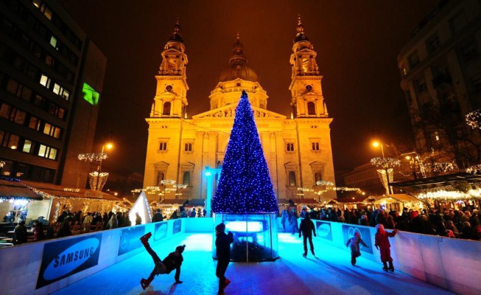 Niños patinan sobre la pista de hielo alrededor de un árbol de Navidad frente de la Basílica de San Esteban, en Budapest. (Foto: AFP)