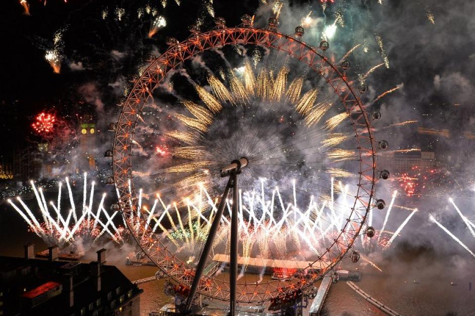 """El """"London Eye"""" se """"enciende"""" al ritmo de la música donde miles de personas acuden a ver el espectáculo. Foto AFP"""