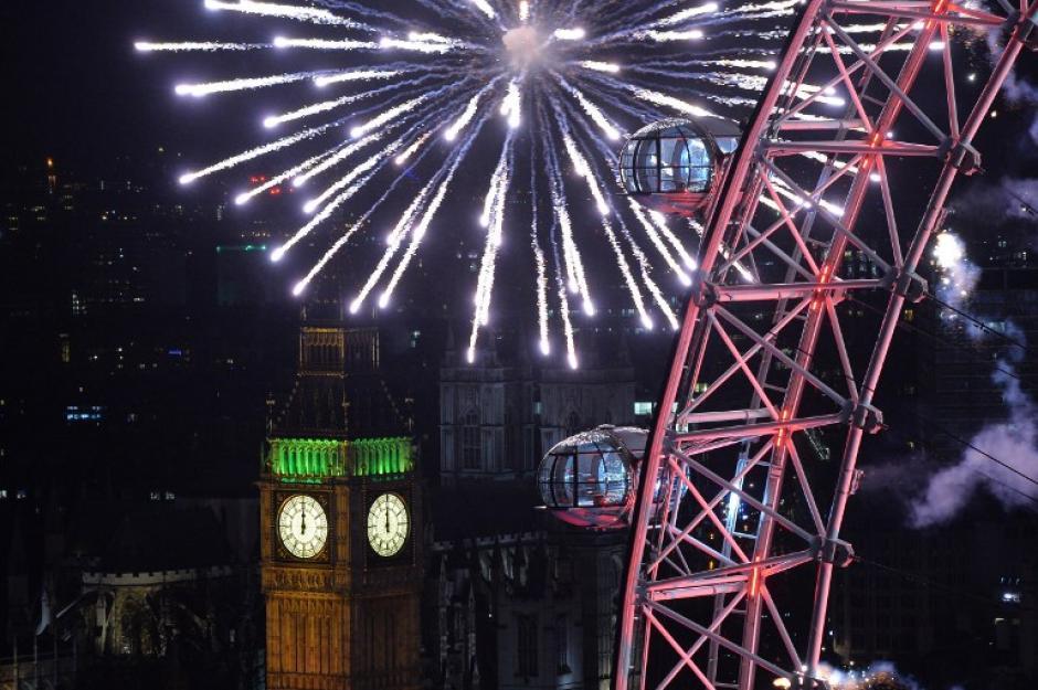 """Londres dió la bienvenida al 2014, con el show de luces que se realiza en el famoso """"London Eye"""" a un costado de la casa del parlamento. Foto AFP"""