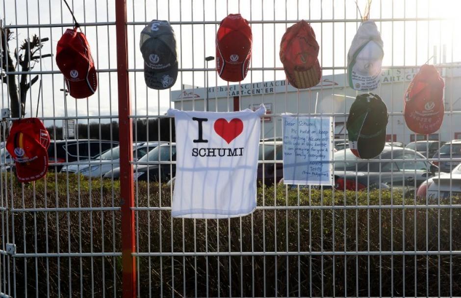 Varias gorras y una playera con mensajes especiales para Schumacher fueron colgadas por sus fans alemanes, en el karting de su propiedad en Kerpen, Alemania.