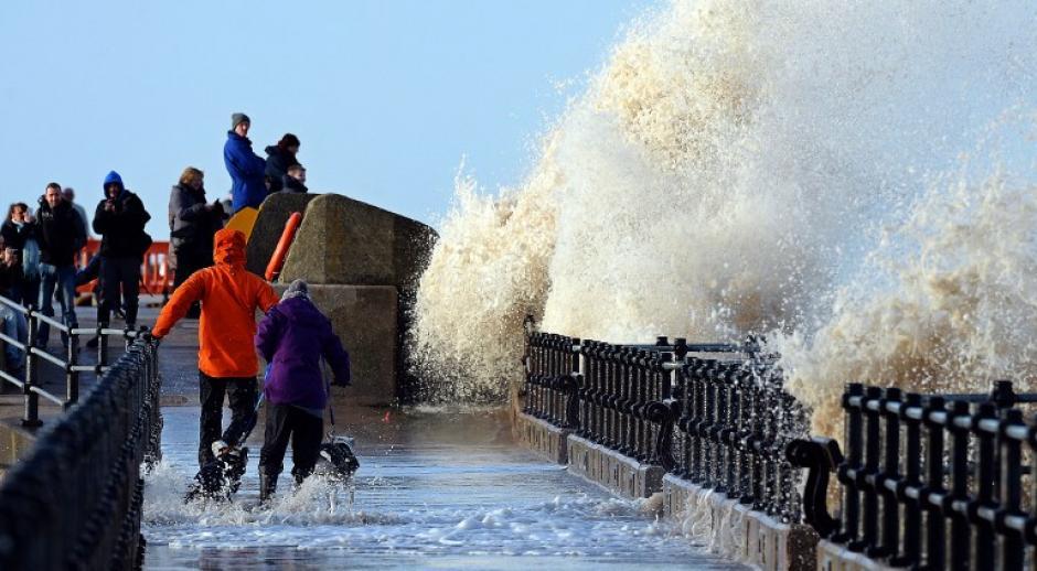 Grandes olas se estrellan contra la pared a orillas del mar en New Brighton, en el noroeste de Inglaterra. AFP PHOTO / PAUL ELLIS